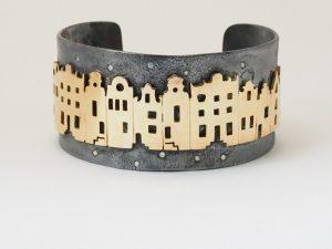 Armband van gereticuleerd zilver met gouden grachtenpanden en diamanten.